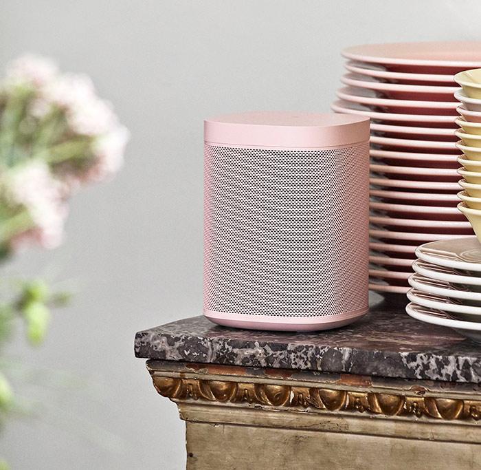 La Sonos One HAY participe à une déco total look rose, une vraie enceinte sans fil design